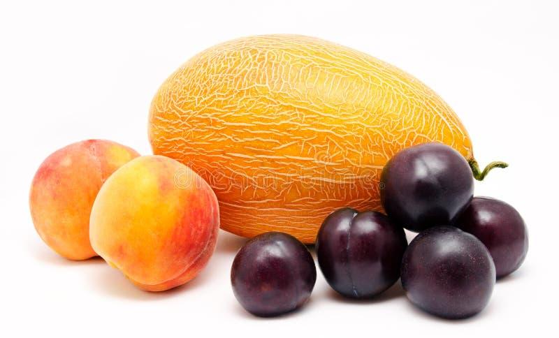 Sortiment av frukter som isoleras på en vit royaltyfri fotografi