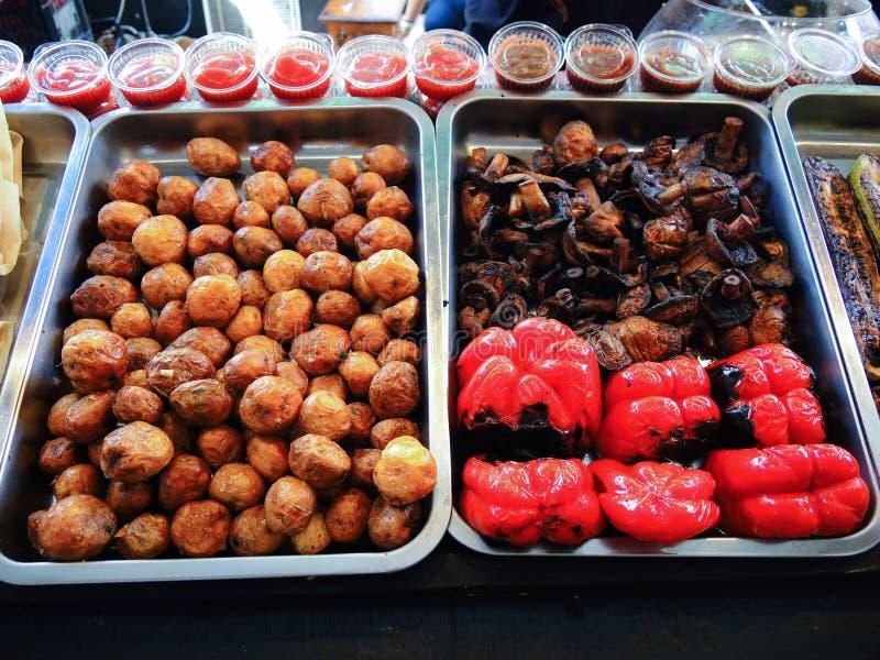 Sortiment av grillade grönsaker, potatisar, röd paprika och champinjoner royaltyfri fotografi