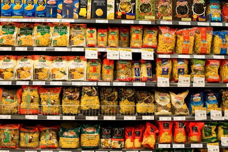 Sortiment av italiensk pasta, makaroni i en supermarket Siam Paragon bangkok thailand royaltyfria bilder