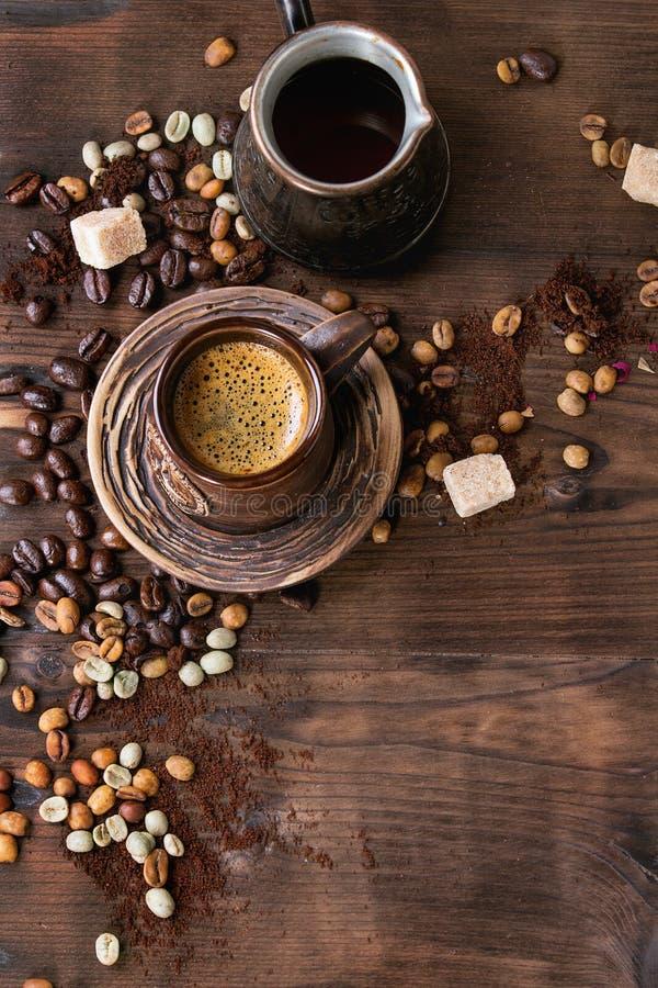 Sortiment av kaffe som bakgrund arkivbilder