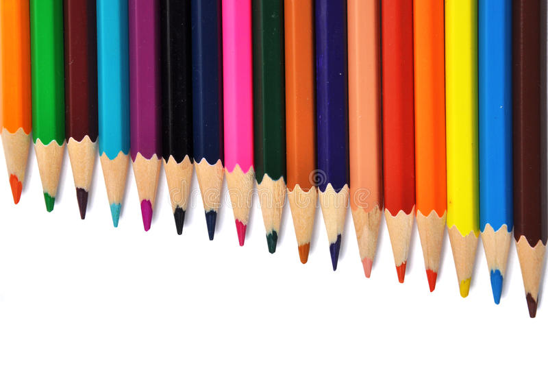 Sortiment av kulöra blyertspennor över vit royaltyfri bild