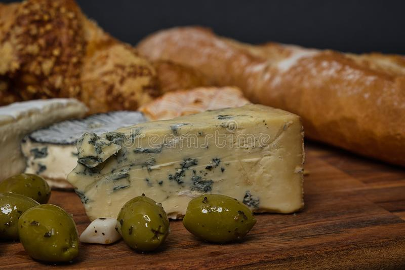Sortiment av läckra franska ostar arkivfoto