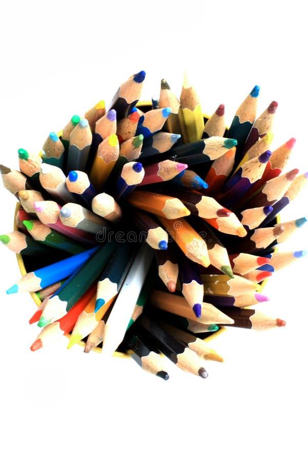 Sortiment av mång- kulöra blyertspennor på vit royaltyfri foto
