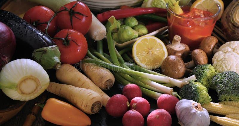 Sortiment av nya, sunda organiska grönsaker arkivbilder