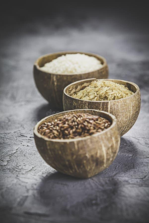 Sortiment av olika ris i bunkar arkivfoton
