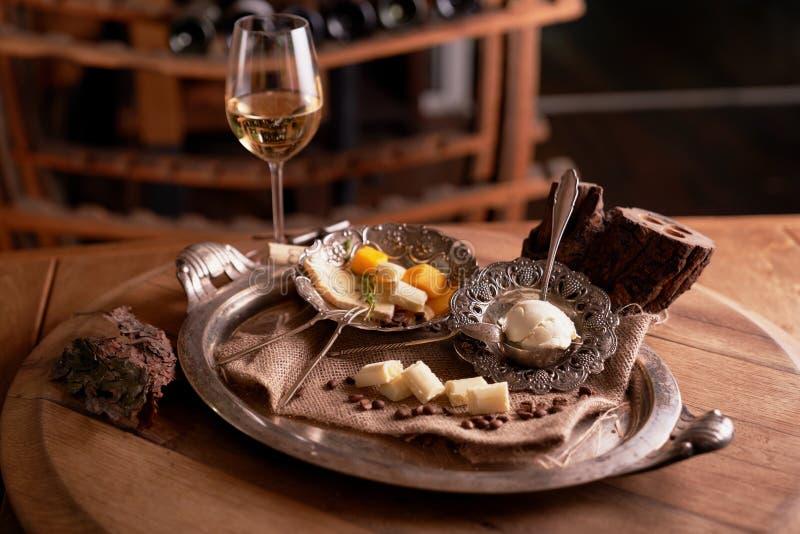 Sortiment av ostar på ett tappningmagasin med säckväv på en trätabletop brödost, ädelost, mascarpone, i en restauran royaltyfria bilder