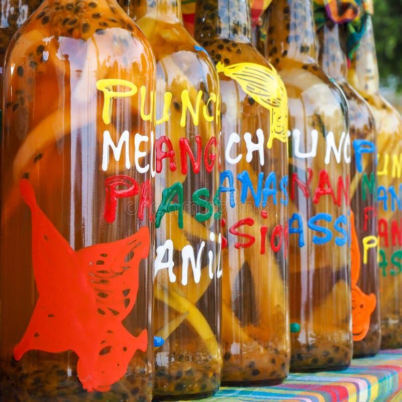 Sortiment av rhumflaskor på marknaden, kvadrerat format arkivfoton
