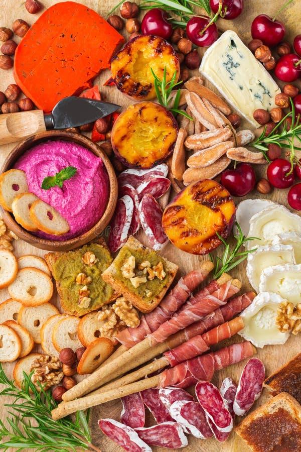 Sortiment av spanska tapas eller italienska antipasti med hummus arkivfoton