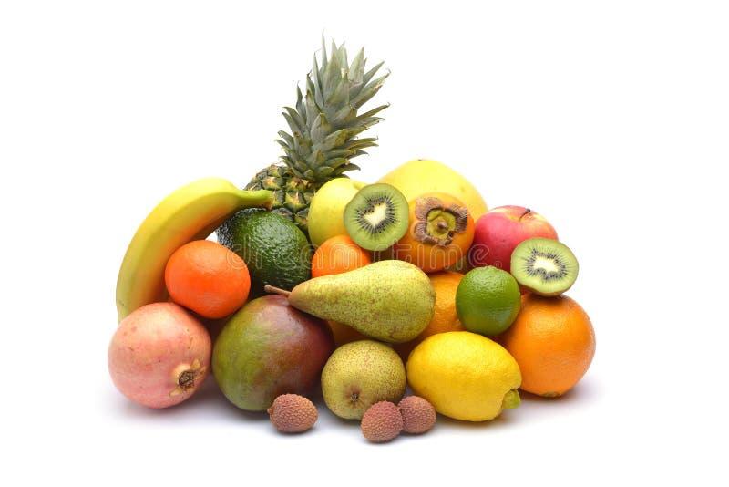 Sortimentet av exotiska frukter på vit arkivbild