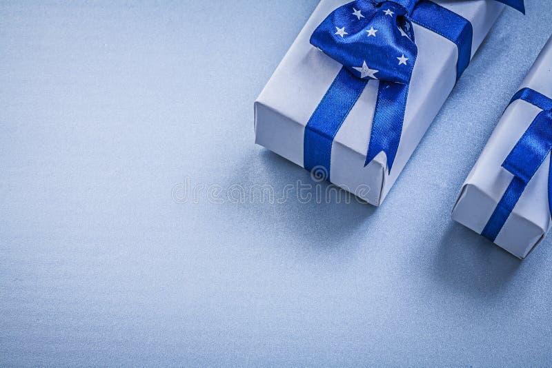 Sortimentet av gåvaaskar på blå bakgrund semestrar begrepp royaltyfri foto