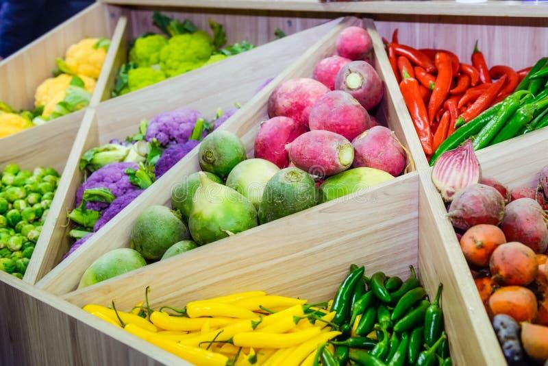 Sortimentet av nya grönsaker på marknadsräknaren, grönsak shoppar, bondemarknadsplatsen Organisk sunt, bantar vegetarian matconce arkivfoton