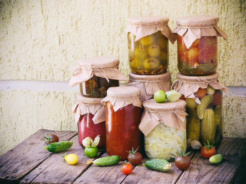 Sortimenthöstsylter Krus av inlagda grönsaker och driftstopp arkivfoton