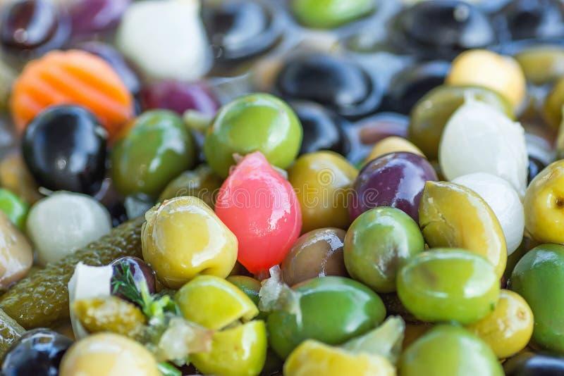 Sortimentvariation av handgjorda Artisanal Antipasti Tapas Brine Cured Olives med grönsaker för pärlemorfärg lökar för örter mede arkivfoto