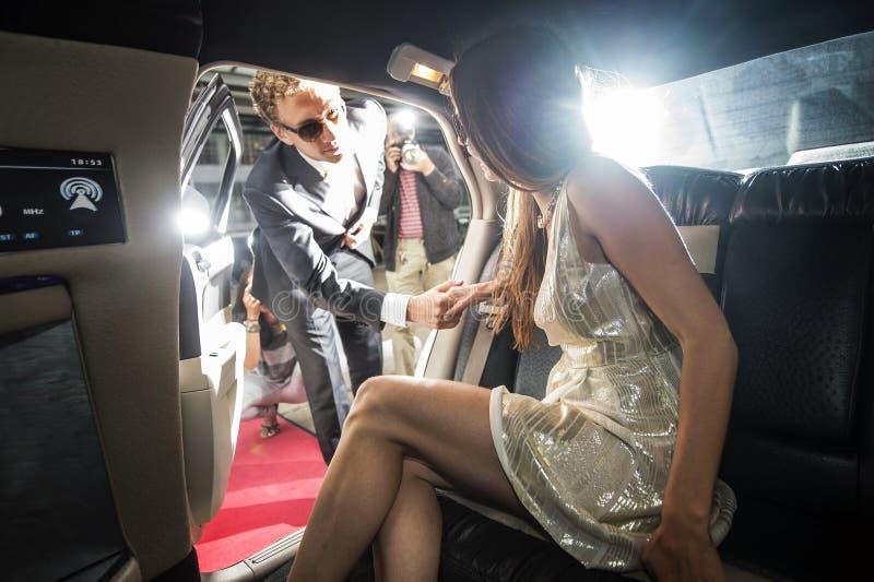 Sortir célèbre de couples d'une limousine images libres de droits
