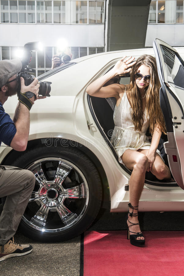 Sortir d'actrice d'une limousine photos libres de droits
