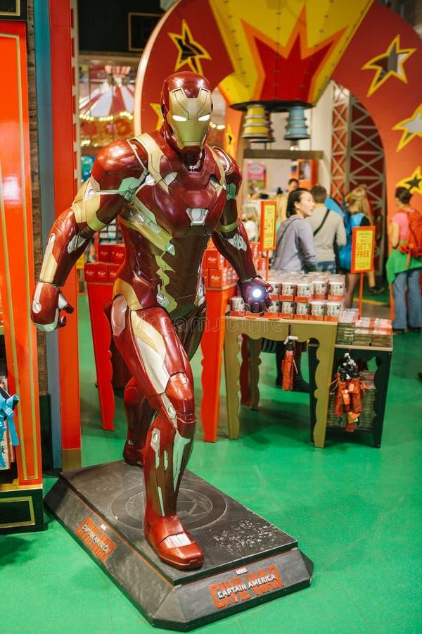 Sortująca postać Ironman charakter w zabawkarskim sklepie Hamleys zdjęcia stock