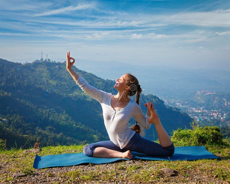 Sorty passade kvinnan som utomhus gör yogaasana i berg fotografering för bildbyråer