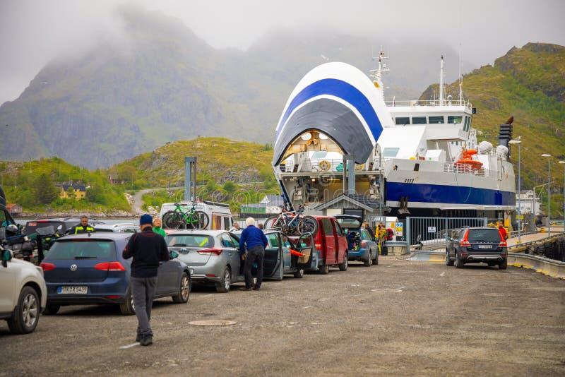 Sorvagen, Νορβηγία - 22 06 2018: Σκάφος πορθμείων επιβατών στο λιμάνι και αυτοκίνητα που περιμένουν την τροφή, Νορβηγία στοκ εικόνες