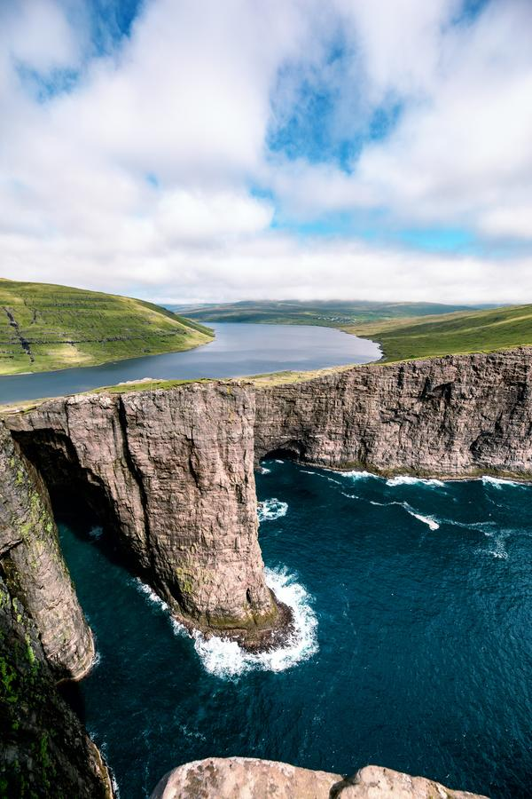 Sorvagsvatn, озеро Leitisvatn вися над Атлантическим океаном, Faroe стоковое фото rf