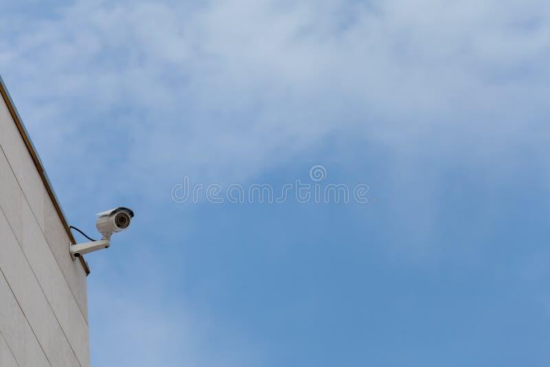 Sorveglianza contro cielo blu, idea delle macchine fotografiche per sicurezza, protecte immagine stock