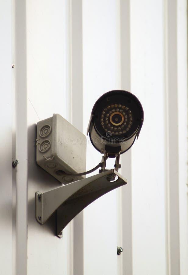 Sorveglianza della macchina fotografica sulla parete di costruzione immagini stock