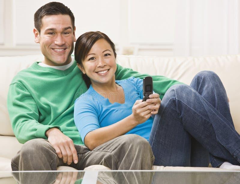 sorveglianza della televisione delle coppie fotografia stock