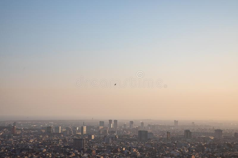 Sorvolare dell'uccello della città di Barcellona e del mar Mediterraneo fotografie stock