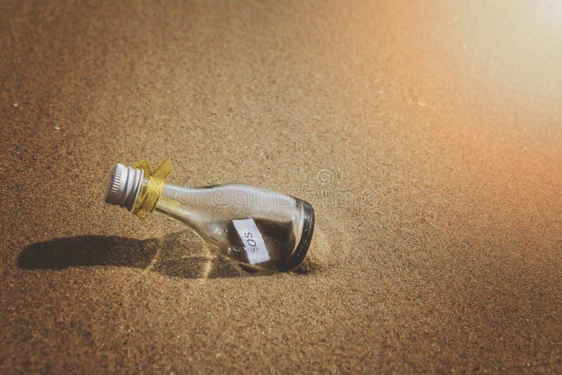 SOS wiadomość w szklanej butelce fotografia royalty free