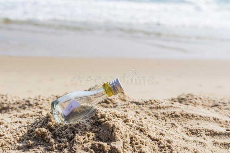 SOS wiadomość w szklanej butelce zdjęcie stock