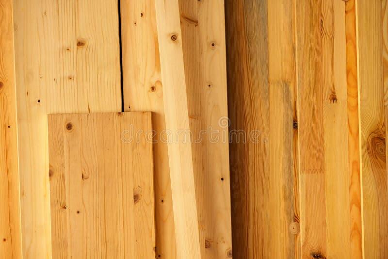 Sosnowego drewna floorboard deski w warsztacie zdjęcie stock