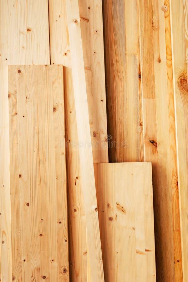 Sosnowego drewna floorboard deski w warsztacie zdjęcia royalty free