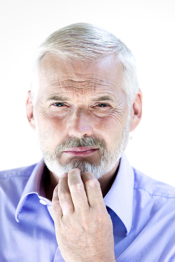 Sospetto pensieroso del ritratto dell'uomo senior fotografie stock