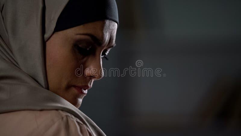 Sospiri musulmani deludenti della donna tristemente, limitazioni culturali, crisi di mancanza di speranza fotografie stock