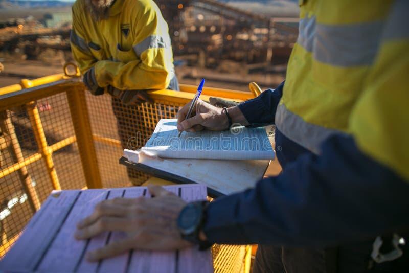 Sospiro del supervisore del minatore di lavoro al permesso di altezza prima del realizzare lavoro ad alto rischio fotografie stock libere da diritti