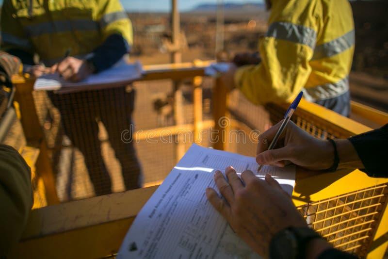 Sospiro del supervisore del minatore del permesso di valutazione del rischio di JSA lavorare al sito prima del realizzare lavoro  immagine stock