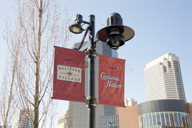 Sospiro di Louis Cardinals Ballpark Village Street del san immagini stock libere da diritti