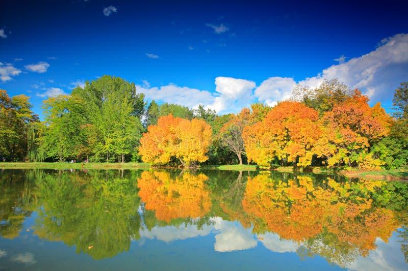 Sosta della città in autunno a Skopje fotografia stock libera da diritti
