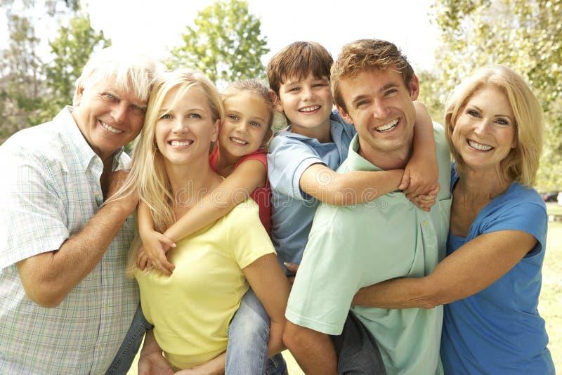 sosta della generazione delle 3 famiglie fotografie stock libere da diritti