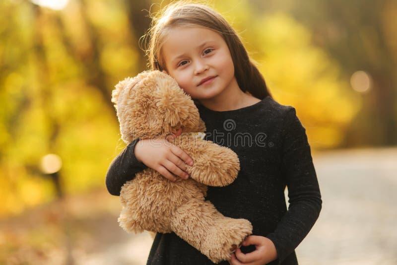 sosta felice del bambino  fotografie stock libere da diritti