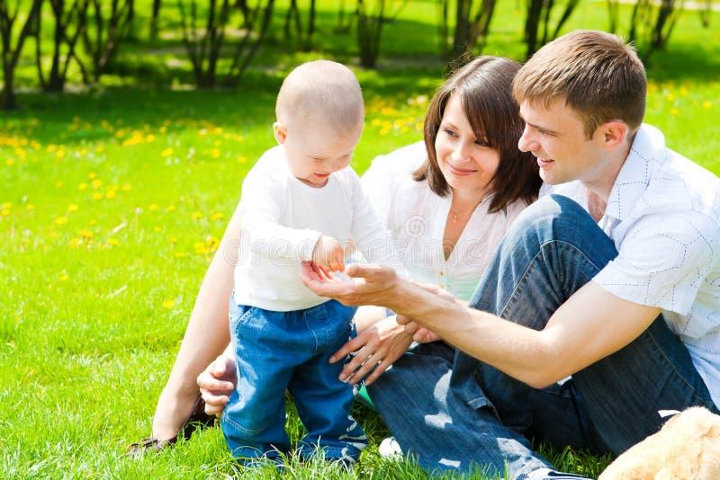 sosta felice della famiglia fotografia stock libera da diritti