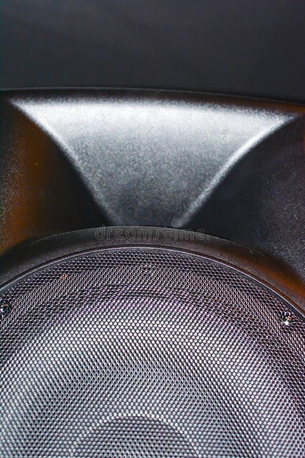 Sostegno e cavi neri del sistema di altoparlante di PA sulla parete fotografia stock libera da diritti