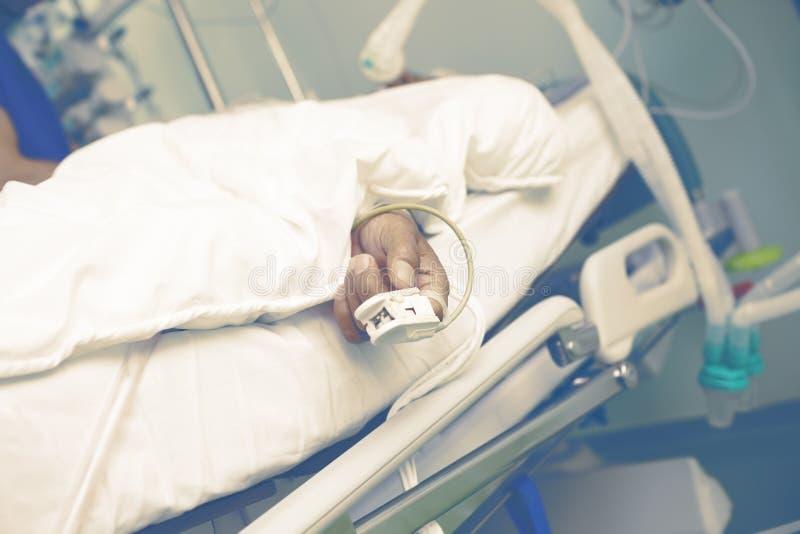 Sostegno vitale di un uomo anziano nel ICU fotografia stock libera da diritti