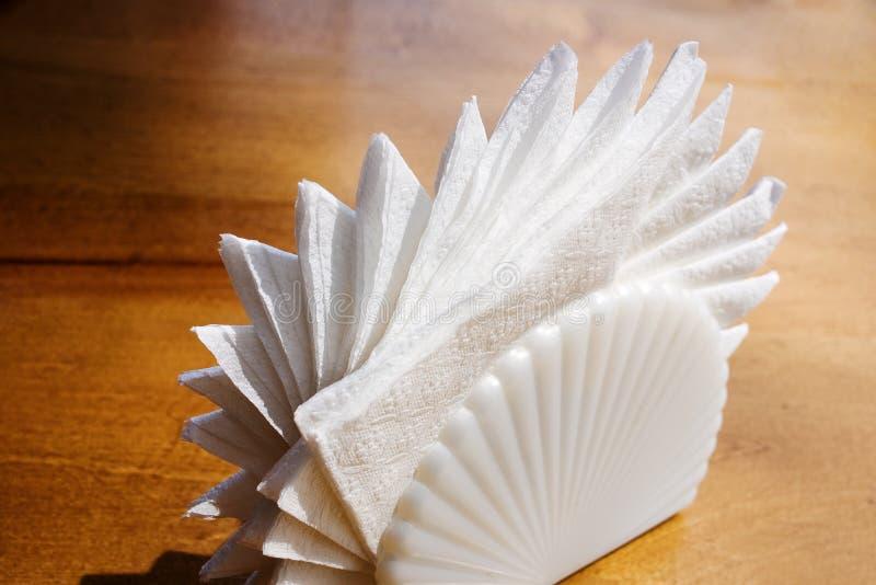Sostenedor blanco de las servilletas foto de archivo