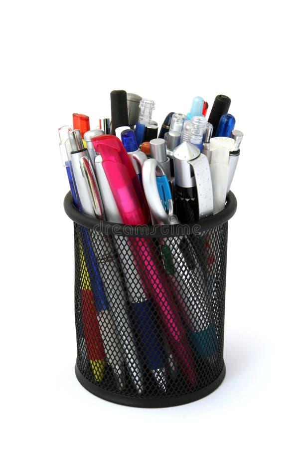 Sostenedor negro de la pluma del metal con las plumas y los lápices foto de archivo libre de regalías