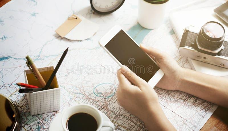 Sostener el mapa antedicho del teléfono móvil imagen de archivo