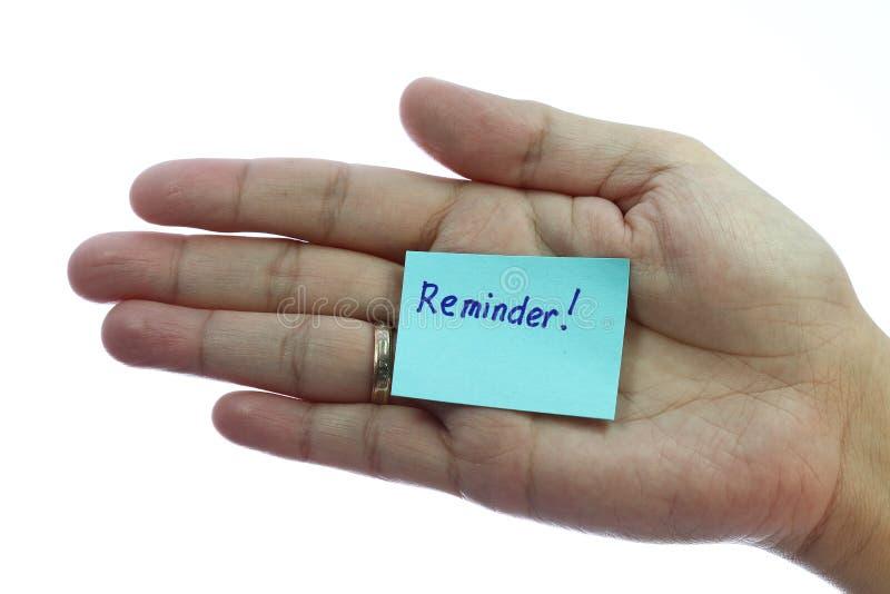 Sostener el papel de carta en blanco con recordatorio foto de archivo