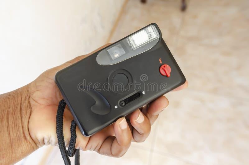 Sostener la cámara análoga vieja foto de archivo