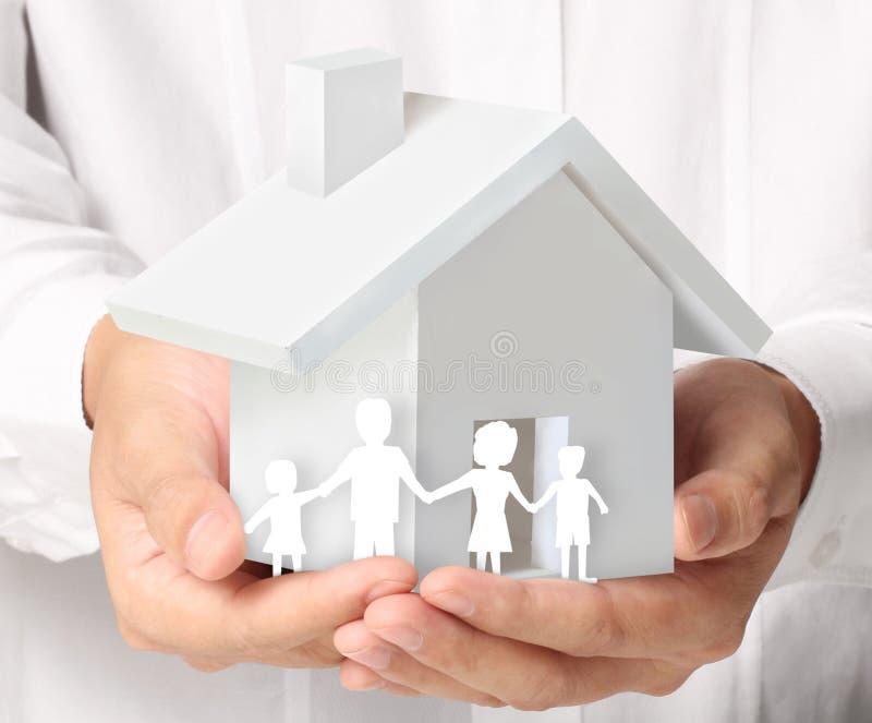 Sostener la casa que representa la casa en propiedad ilustración del vector