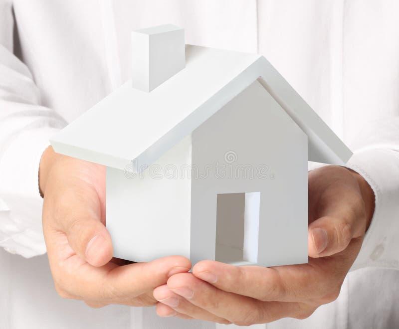 Sostener la casa que representa la casa en propiedad libre illustration