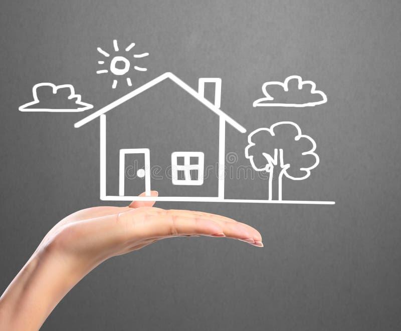 Sostener la casa que representa la casa en propiedad stock de ilustración